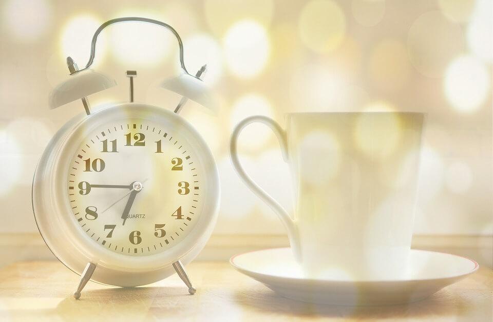 klok en koffie mok kwart voor 7