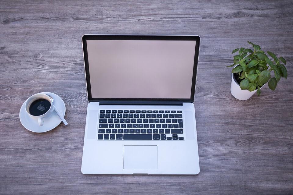 laptop op tafel met koffie